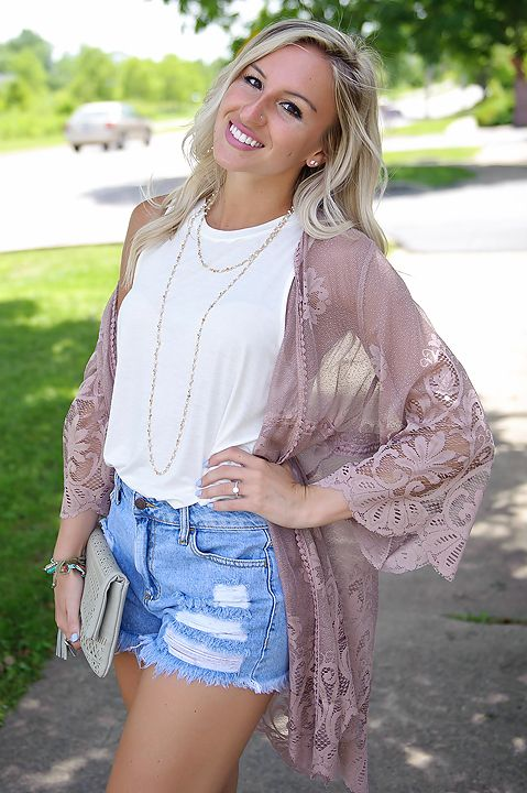 LOVING LACE! This gorgeous floral & lace kimono is the *perfect* outfit add on throughout the seasons!