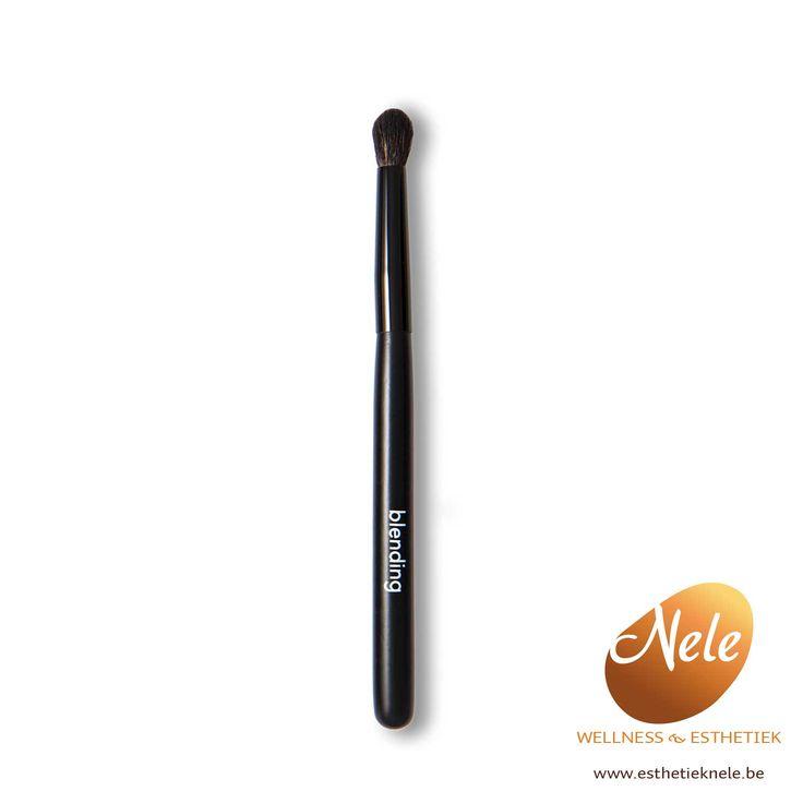 De Mineralogie Blending Brush is een zacht penseel waarmee je de juiste hoeveelheid compacte of losse oogschaduw op het gehele ooglid aanbrengt. Ook goed te gebruiken voor het shaden van je oogschaduw voor het creëren van een magische look!