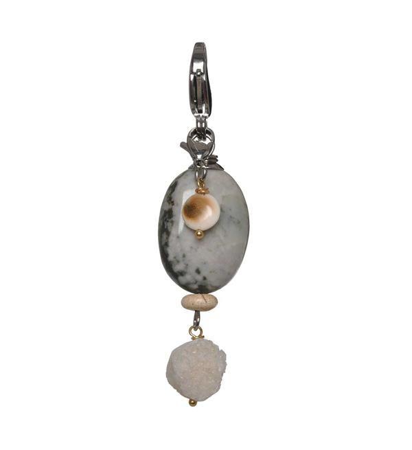 Pimps and Pearls bedel Mos Rocks Agaat. Deze hanger heeft een ovale steen.   Elke bedel is handgemaakt en uniek. Shop de eigentijdse handgemaakte lederen armbanden, bedels en  overige accessoires @ https://www.nummerzestien.eu/pimps-and-pearls/