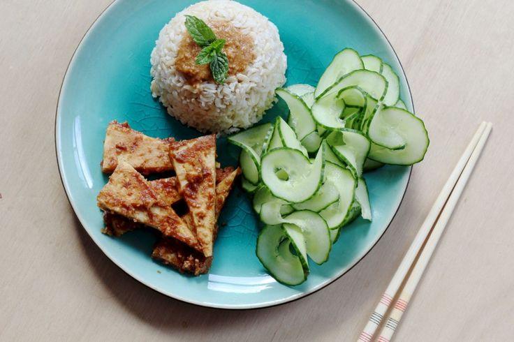 Week 35, 24-30 augustus: pinda-gembertofu. Ik at eindelijk weer eens alleen en dat is te merken! Ik gebruikte honing i.p.v. rijststroop en 'gewone' pindakaas met stukjes noot omdat dat was wat ik in huis had. Dit recept is een dappere poging om tofu smakelijker te maken, maar ik vond het helaas niet zo lekker - vooral te zout. De truc om tofu eerst goed droog te persen, dan in de oven te bakken en dan nog een keer met marinade te bakken is wel nuttig!