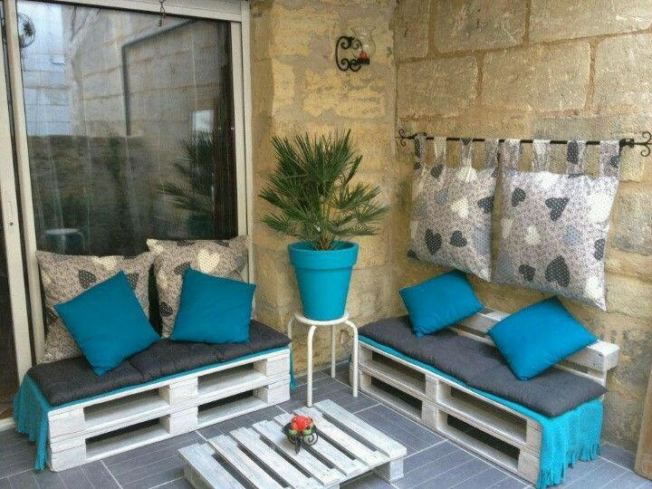 I like this for outside! Pallet furniture