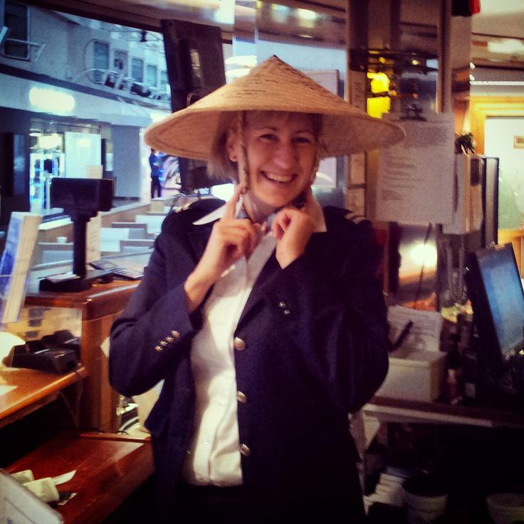 Olen työskennellyt laivoilla viimeiset 10 vuotta, ensin opintojen ohessa, sitten työllistyäkseni. Työpäivät laivalla ovat pitkiä, hektisiä ja vaativat hyvää stressinsietokykyä. Toisina aamuina pääset kirjoittamaan nimesi japanilaisen matkustajan matkamuistohattuun.