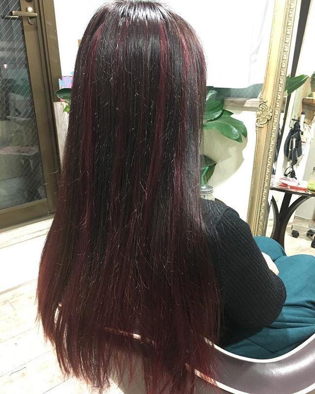 黒髪に赤メッシュは女性の場合ショートとロングどっちがいいかを解説