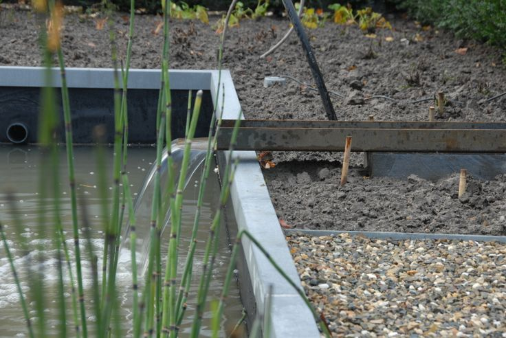 Vijverrand van zink met wateruitloop. #I4Design #tuinontwerp #tuin #tuininspiratie #tuindesign #vijver #vijverrand