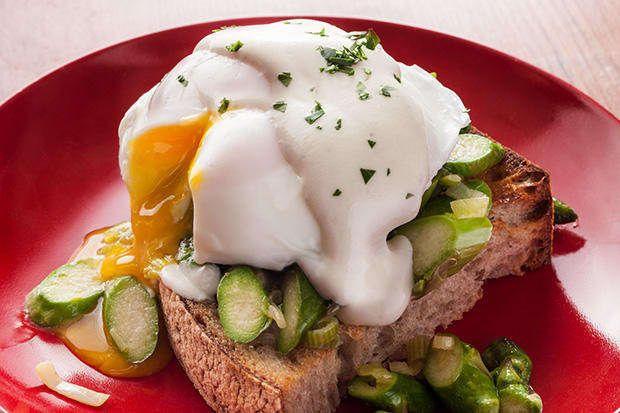 Incluye algunos saludables espárragos salteados en tus huevos benedictinos clásicos. Obtén la receta aquí, por Chow.