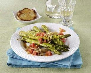 Gebratener grüner Spargel mit Balsamico-Marinade, Enoki-Pilzen und Tomaten-Concassée Rezept