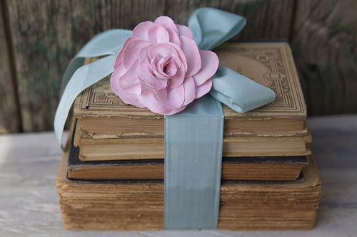old books + ribbon + rose = prettyDecor, Pink Flower, Old Book, Wedding Receptions, Ribbons Flower, Antiques Book, Vintage Book, Ribbons Rose, Pink Rose