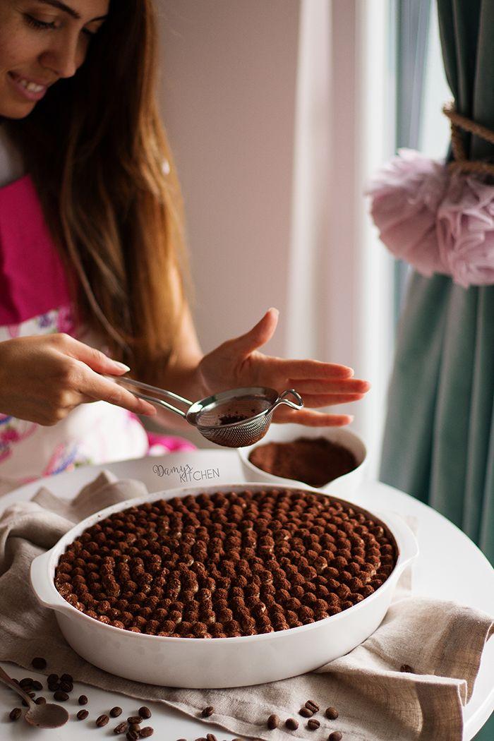 """Bu defa şahane bir vanilyalı """"custard"""" (muhallebi) pişirerek hazırladığım bu tiramisuyu yerken parmaklarımızı da az kalsın yutuyorduk. :)..."""
