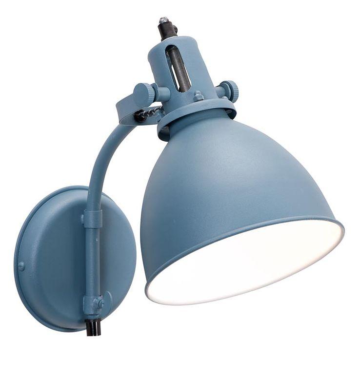 Wandlamp 101: stoere industriële lamp, in blauw en grijs verkrijgbaar #101woonideeen #leenbakker Ideaal voor in een donker hoekje en nog een leuk eyecatcher ook!