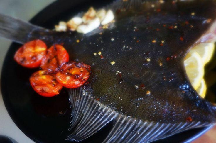 Рецепт. Камбала, запеченная в пергаменте. Камбала является чрезвычайно вкусной, нежной и нежирной рыбой. Чаще всего при приготовлении камбалы используют ее филе. Сегодня мы решили показать Вам очень...