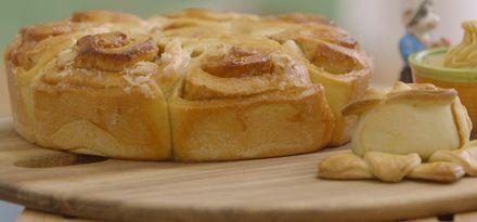 Suikerbrood met kaneel en sinaasappelboter
