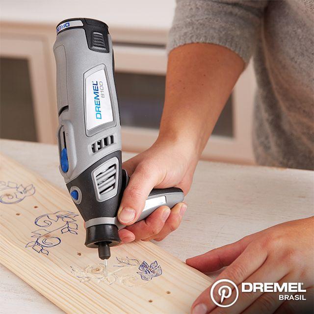 Passo 6: Troque o acessório da microrretífica para uma ponta de gravar para fazer os desenhos na madeira. Você também pode usar o pirógrafo Versatip para essa decoração.