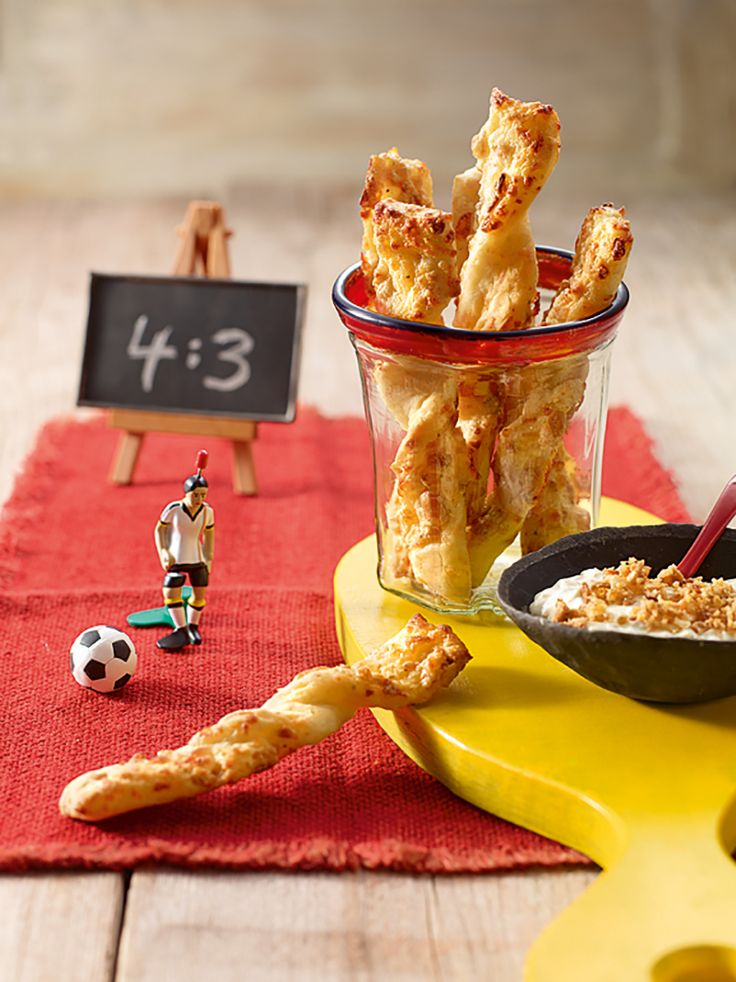 Herzhafte Hefe-Stangen mit Erdnusskernen, Röstzwiebeln und Käse als knuspriger Snack für die Party