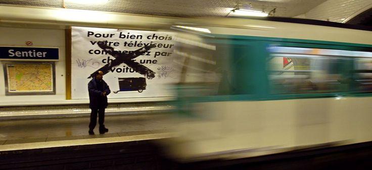 Un homme de 76 ans a trouvé la mort dans un tunnel du métro parisien après avoir été vraisemblablement percuté par une rame, tôt dans la matinée de dimanche 12 mars, dans l'ouest de la capitale. Le septuagénaire a été fauché par une rame de la ligne 9, entre les stations Exelmans et Michel-Ange/Molitor. Peu après le signalement du choc par le conducteur aux alentours de 7h du matin, les secours sont intervenus et ont retrouvé l'individu, encore vivant. Il est finalement décédé qu...