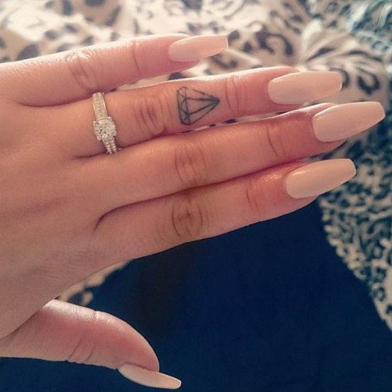 We zagen al tattoos voor cat loversen tattoos voor op je voeten, maar wat dacht je van deze hele kleine tattoos? Ideaal voor op je vinger!