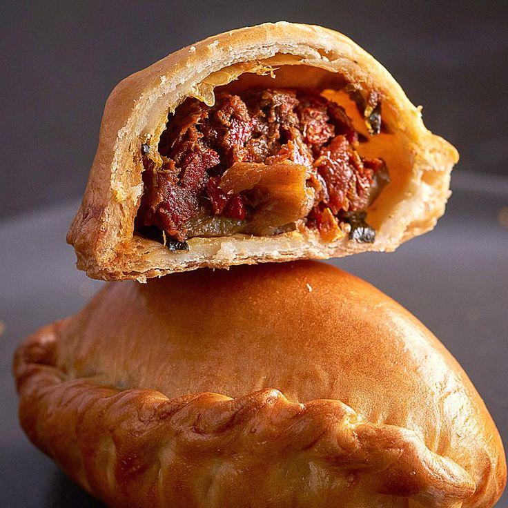 Recette par Damien Piscioneri, chef du Café Pouchkine Hacher la poitrine de bœuf, ciseler le persil. Peler l'oignon et le couper en fines rondelles.