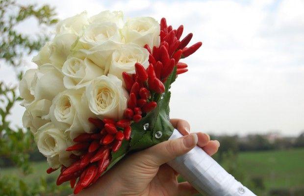 Rose bianche e peperoncini