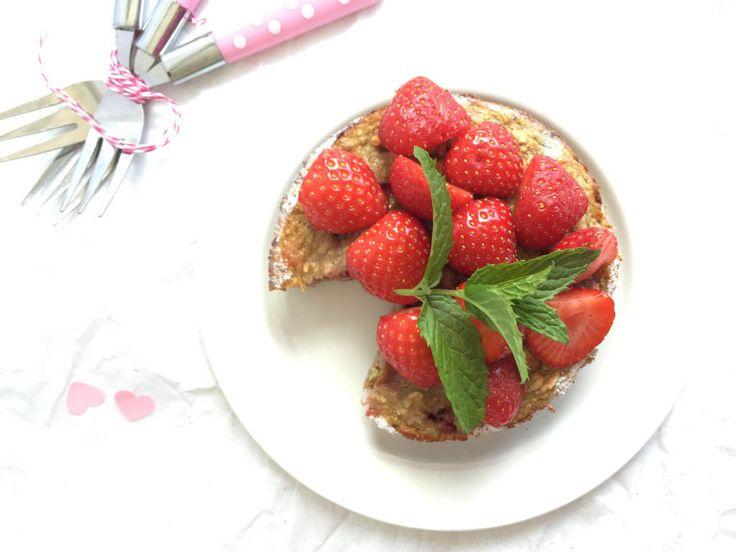 Een supersnel en gezond ontbijtrecept. De ontbijttaart met aardbeien. Een verwennerij voor moederdag of gewoon omdat het kan.
