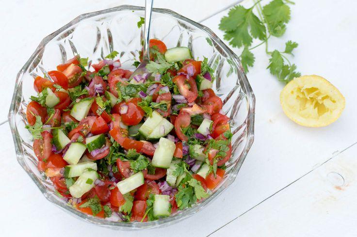 Kachumber is een frisse Indiase salade met tomaat, ui, koriander en citroensap. In 10 minuten heb je deze salade zelf gemaakt met dit recept!