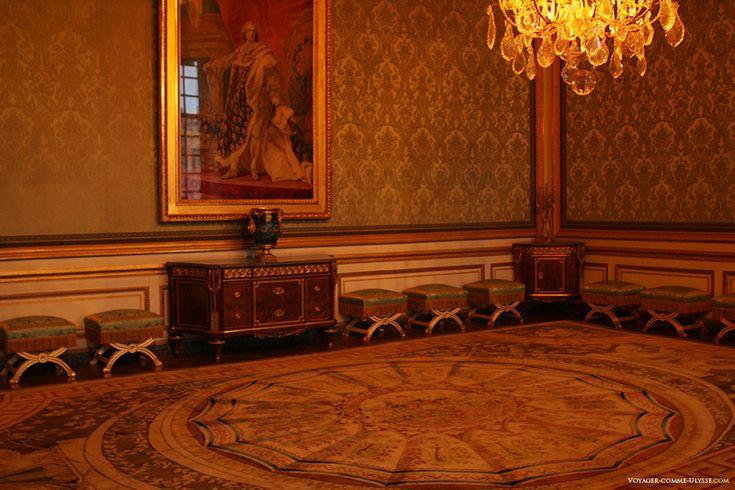 Nobles Salon.  Este é o lugar onde a rainha recebeu.  Vai ser redecorado por Marie Antoinette.  A grande pintura de Louis XV no traje real é o trabalho de Louis-Michel van Loo.