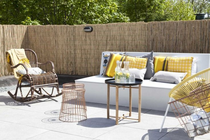 Leuke inrichting voor een strakke stadstuin. Witte bank en grijze tegels gecombineerd met rotan en gele accessoires. gespot op: http://www.zook.nl/tuin/strakke-tuinen-inspiratie-ibiza-stijl #tuin #stadstuin #inspiratie #vtwonen