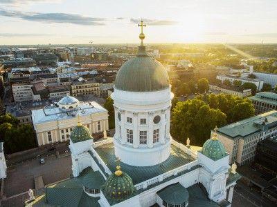 ヘルシンキ フィンランドの首都ヘルシンキは、島や素晴らしい緑の公園がある活気あふれる海辺の街で、のんびりとしたリズムと同時に、さわやかでアクティブなシティライフが楽しめます。東と西の間に位置する首都ヘルシンキでは、たくさんの魅力に出会えます。 ヘルシンキ沿岸にあるヴァッリサーリ(島)は、今年から一般に公開されるようになりました。手つかずの自然の残る島は、ピクニックにぴったりの場所です。