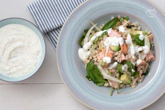 L'insalata di orzo e salmone è un piatto fresco e genuino, perfetto da gustare in occasione di un pranzo sulla spiaggia!