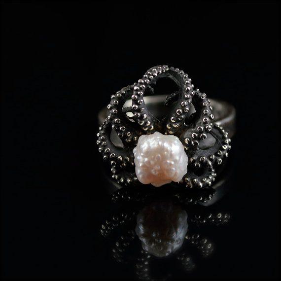 REG. $320. LISTO PARA ENVIAR! Este lindo bebé pulpo anillo fue hecho de un verdadero pulpo que tiene una perla de RoseBud en el centro. El blanco perla iridiscente con ligeros matices de rosa. Rosebud perlas son distintivamente textured. Cada perla tiene sus propias características y huellas dactilares que no dos son lo mismo! Encontrarlos para ser sorprendentemente hermosa así que estoy orgulloso de usar en mi trabajo!  Hechos a mano y con textura esta pieza tal ves texturas únicas a la…