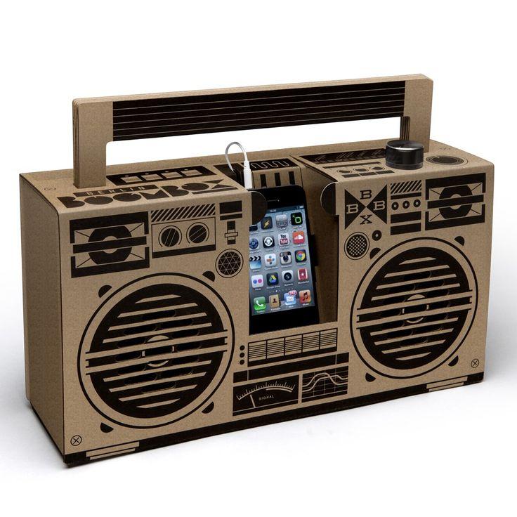 Le ghetto blaster, le célèbre radiocassette des années 70/80, reprend du service avec la Berlin Boombox !  Le ghetto blaster version Berlin Boombox, est une enceinte nomade D.I.Y (Do It Yourself) conçue en carton recyclé qui intègre deux amplificateurs 5 watts !