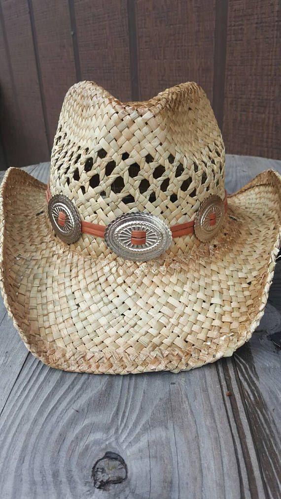 Paja sombrero de vaquero con la banda de sombrero de cuero