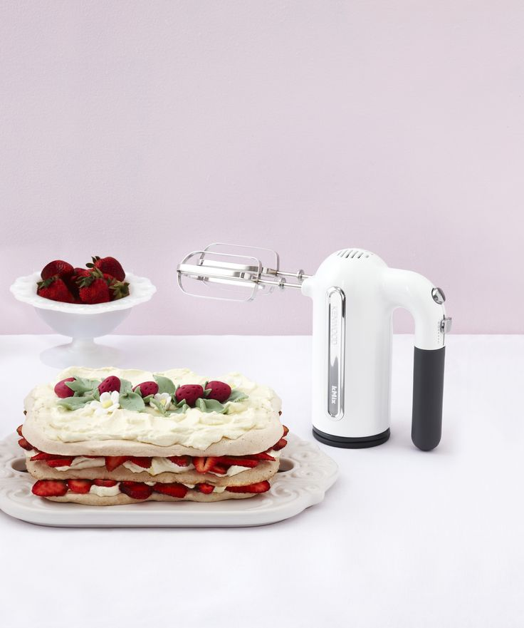 Thanks to The Great Australian Bake Off we now have major cravings for pavlova! Who else wants a piece? #GABO