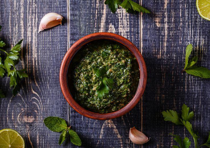 Salsa verde, simpel gezegd: 'groene saus', is een van de meest diverse sauzen ter wereld. In elk land wordt -ie namelijk weer anders gemaakt en gebruikt. In Italië, vooral in Piemonte, wordt de groene saus (bagnet vert) gemaakt met veel verse peterselie, gezouten kappertjes en ansjovis. En uiteraard de beste Italiaanse olijfolie. In sommige delen …