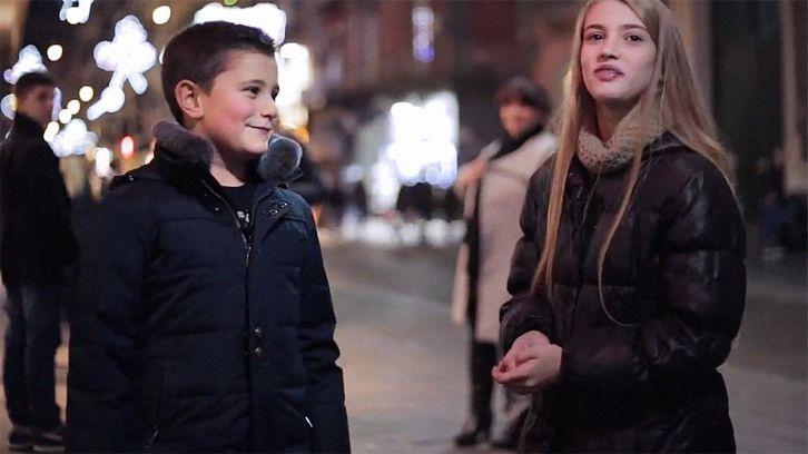 """Mi történik, ha egy kisfiút és egy kislányt egymással szembe állítunk, majd megkérjük a fiút, hogy vágja pofon a lányt?   A családon belüli erőszak régi probléma Olaszországban. A 2012-es ENSZ-jelentésben """"az erőszak leginkább elterjedt formájaként"""" definiálták a mediterrán országban. Egy online olasz újság, a..."""