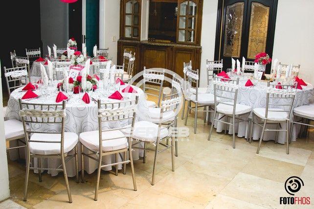 Las Sillas Tiffany se decoraron con cintas blancas.