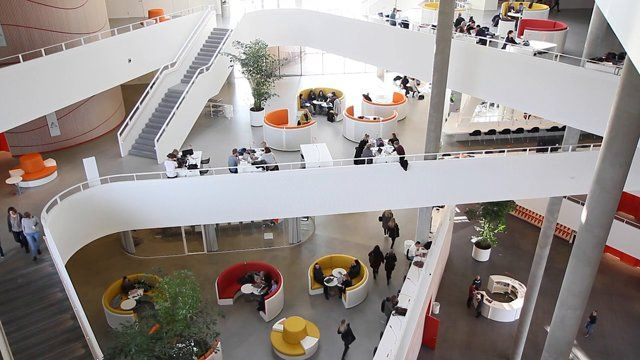 A quick look inside the new triangular campus in Kolding. Experience the architecture and hear what the manager and the students think.