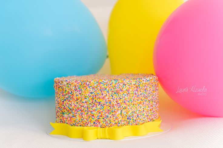 """Você sonha em fazer um ensaio Smash the Cake mas está em dúvida se seu bebê pode comer doces? Pensando nisso, criamos um bolo bem colorido """"de mentirinha""""! Ele é igualzinho ao de verdade e é ideal também para crianças com restrições alimentares ou intolerância ao glúten e à lactose. Vamos guardar este momento delicioso do bebê para sempre! Seus sorrisos, primeiros passos, tudo será registrado em imagens divertidas e Agende seu horario com a gente!!"""