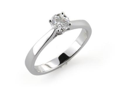 Anello da Fidanzamento Solitario in Oro Bianco con Diamante centrale incastonato a quattro griffe  #solitario #anellosolitario #love #fidanzamento #amore #sorelleronco #jewels #jewellery #sale