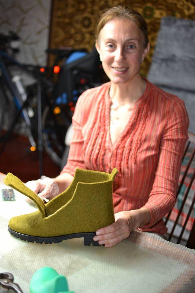 На днях мы получили письмо от девушки Анны из Симферополя с просьбой провести мастер-класс по валянию ботинок. Анна увидела наше выступление на 'Мыльной среде' и 'ВОЛКе-3' у Нины Демидовой.