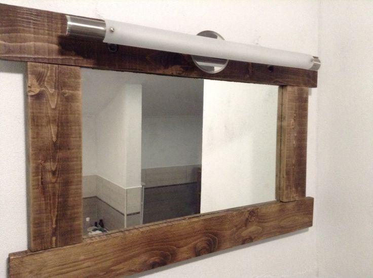 Specchio liscio incorniciato con assi di legno grezze