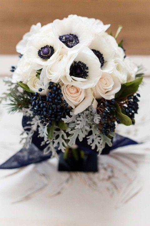 Winterliche Brautsträuße - Blumenkunst als Accessoire REBECCA CONTE http://www.hochzeitswahn.de/selbstgemacht/winterliche-brautstraeusse-blumenkunst-als-accessoire/ #wedding #flowers #marriage
