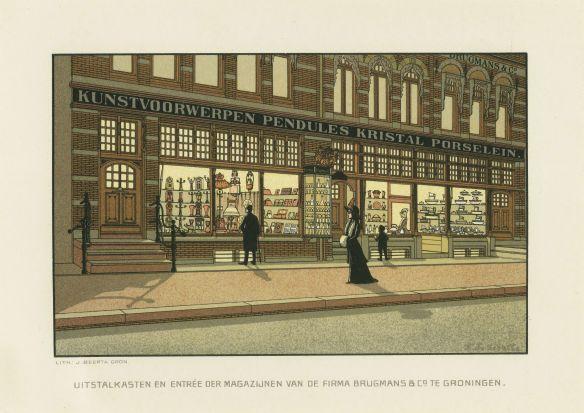 Groningen was aan het begin van de twintigste eeuw een florerende stad. Het centrum rondom de Grote Markt en de Vismarkt ontwikkelde zich tot een winkelgebied met moderne winkelpuien. Deze reclamekaart uit de periode 1890 - 1910 is van de firma Brugmans & Co. Deze zaak was gevestigd aan de Grote Markt en verkocht galanterieën. Dat was bijvoorbeeld sieraden, snuisterijen en mode-accessoires als handschoenen en waaiers.