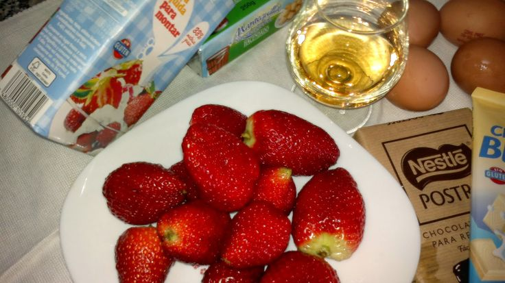 Tarta de chocolate y fresas  Bizcocho:  4 huevos  125 de harina  125g de chocolate Nestlé Postres  120 de azúcar  50g de mantequilla  20g d...