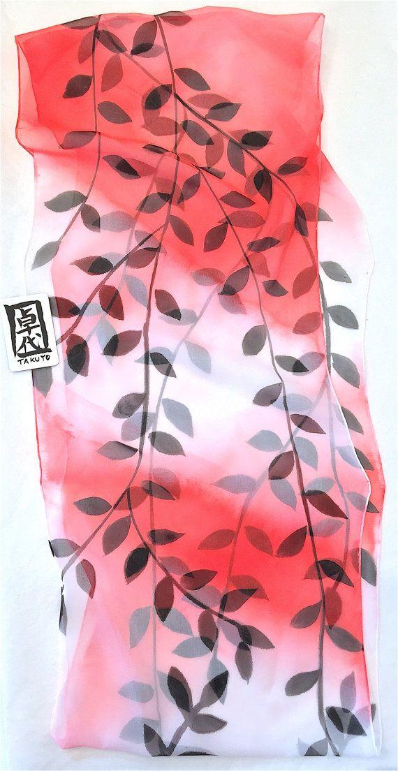 Peint foulard en soie, foulard, rouge, noir, mousseline de soie foulard, écharpe rouge dégradé, foulard en japonais cercle noir de la vigne, à la main  Ce débordement magnifique foulard en soie est un foulard en soie avec un fond de belle ombre rouge Intense avec le japonais noir peint feuille de dessins. Le foulard en soie mousseline de soie est première main teint en dégradé de blanc et rouge avec peint design noir de la vigne à la main. Le le grand foulard en soie a été cousu dans une…