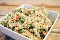 simpele tonijnsalade Ingrediënten: Tonijn - 1 blikje, Ui - 1, kleine Komkommer - 15 cm, Tomaat - 1, Yoghurt - twee eetlepels, Mayonaise - 1 eetlepel, Peper en zout - naar smaak, Rucola - 1 handje.    Bereidingswijze: Snij de rucola, tomaat, komkommer en ui klein Prak de tonijn met een vork en meng het met de gesneden groenten in een schaaltje Voeg de yoghurt en mayonaise toe en roer goed Voeg naar smaak peper en zout toe Tip: beleg een simpele kaascracker met deze heerlijk frisse…