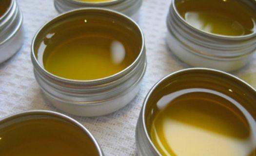 """É importante manter a pele e os lábios sempre protegidos e hidratados para evitar o ressecamento e a sensação desagradável dos males causados pelo sol. Você mesmo pode fazer um protetor labial, personalizado, utilizando uma receita simples e ainda por cima, sustentável. Basicamente são necessários quatro ingredientes: gordura como manteiga de base vegetal ou óleo,...<br /><a class=""""more-link""""…"""