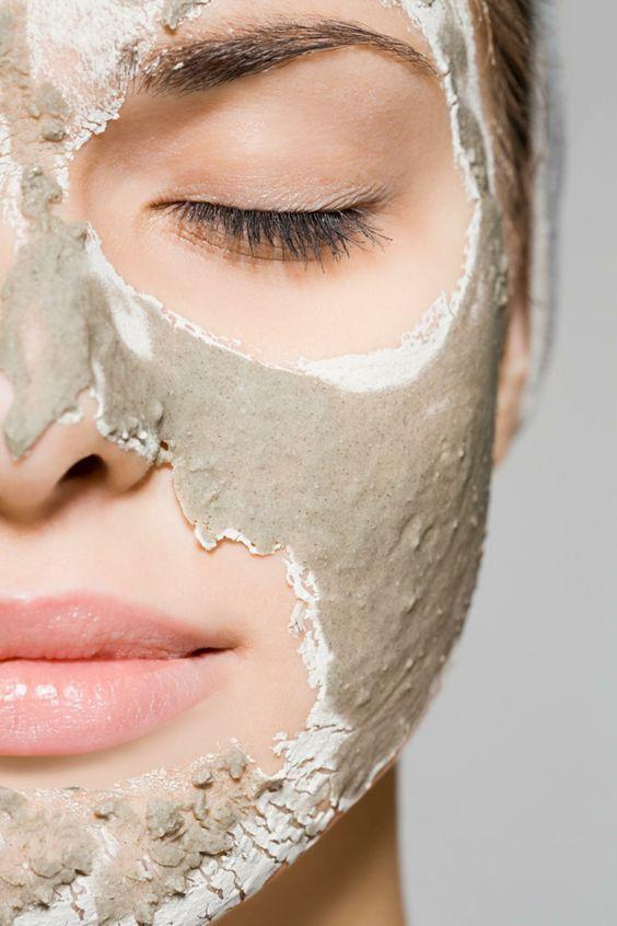 heilerde-maske-gesicht-frau-jung-haut-gesund-mundpartie-augenpartie-paste-schicht-dünn