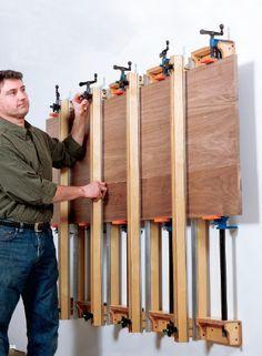 Noch ein Wand montierte System mit Rohr Klammern. Zwischen den Rohrklammern sind Alu T-Nut Schienen eingelassen für variable Halt. Darauf sind Bogenförmige Halte mit Rendallschrauben als Anpresshilfe montiert.