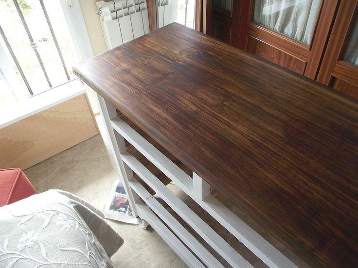 Cómoda de madera de pino pintada en blanco antiguo con pintura a la tiza y desgastada por los bordes.