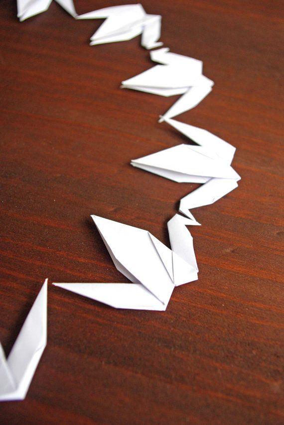 Idéal pour décorer une table ou pour une chambre, les grues en origami sont un symbole de bonheur et de paix.  Lot de 50 grues en origami. Papier fin de grande qualité adapté au pliage et sans acide. Choisir le mois de lévènement pour lequel vous souhaitez les grues, ainsi que la couleur du papier dans les menus déroulants pour la mise en panier.  ▲ Couleurs disponibles ▲  - Blanc - Livre - Kraft - Doré - Vert menthe - Bleu ciel - Jaune pastel - Rose Bonbon - Rose Pêche  Pliées à la main…
