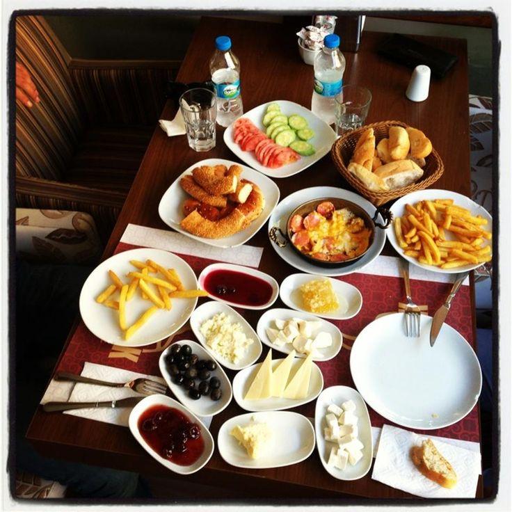 Serpme Kahvaltı - Gaymak Dondurma Cafe - Kahramanmaraş  ---> http://kahramanmaras.yemekneredeyenir.com/gaymakdondurmacafe
